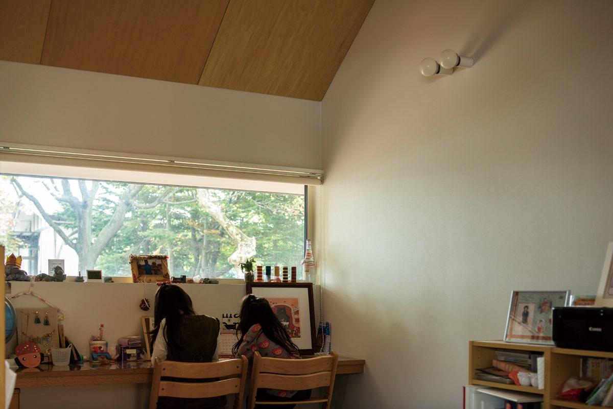 フリースペースは現在子どもたちの勉強机に。「子どもたちが成長すると、夫婦の書斎になるかも。用途を自由に変更できるのが嬉しいです」と奥さん
