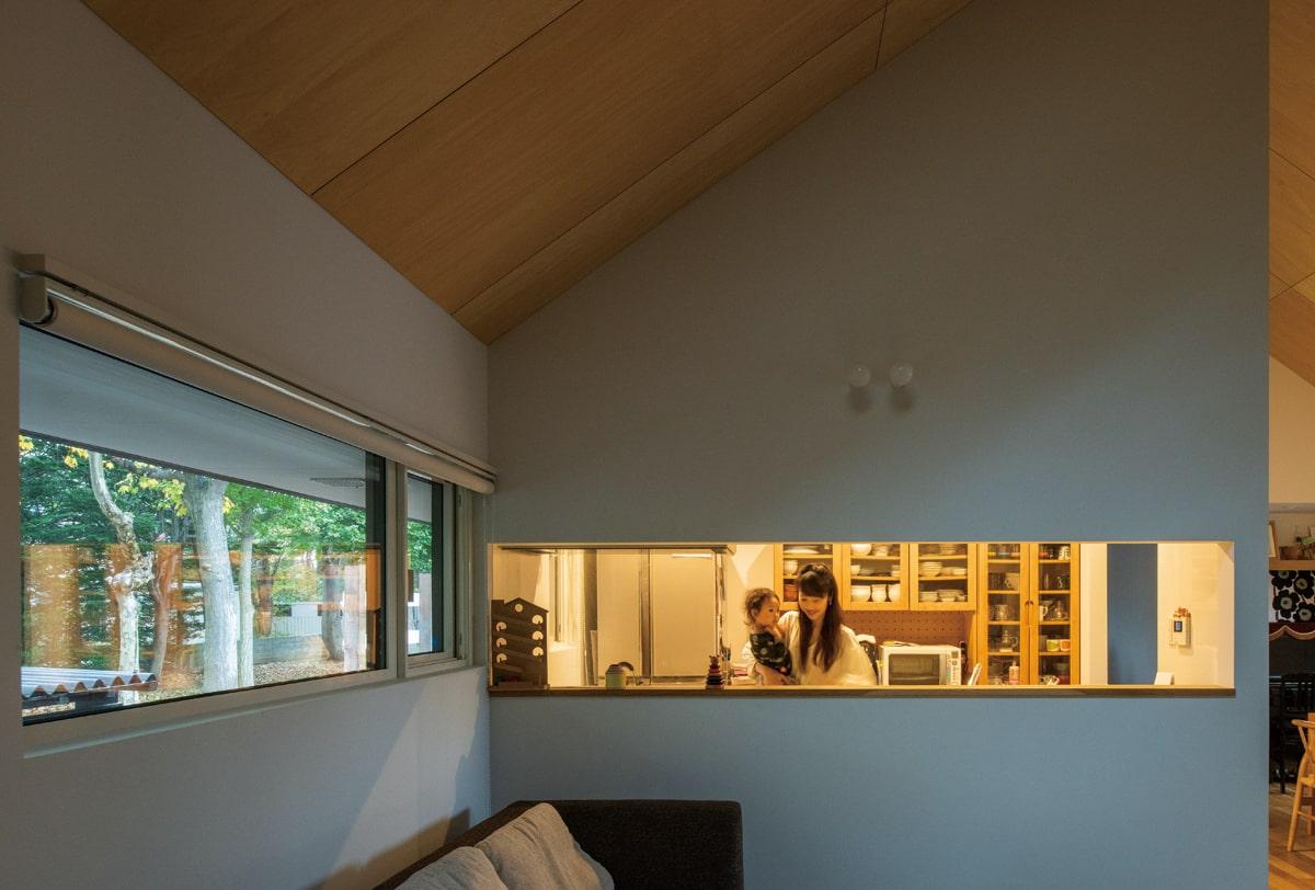 キッチンは収納や目隠しを考え、こもり感のある空間に。「家族の存在は常に感じることができるし、適度な目隠しもあるので、快適です」と大満足の奥さん