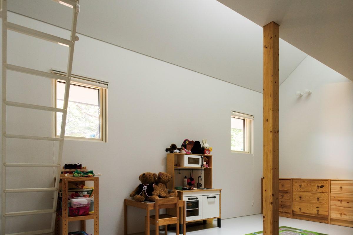 白を基調とした子ども部屋。ロフトスペースは格好の遊び場に