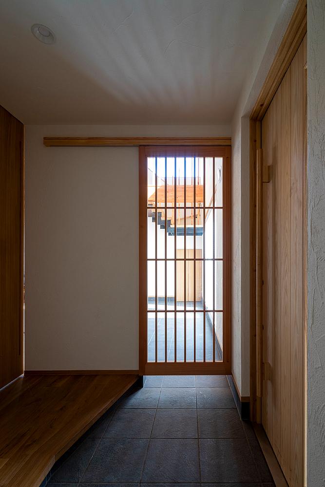 玄関とリビングは土間でつながる。「玄関からも、テラスからも自由に行き来できるのがいいです」