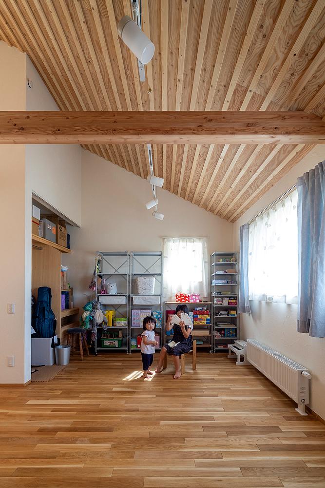 2階の子ども部屋は、将来仕切ることも可能。高い天井は、長女が横浜時代から習っているチェロの音色を気持ちよく響かせてくれる