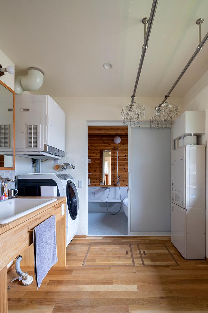 家事室の奥にある浴室にも木板が張られている。窓からは遠くの山を望むことができる