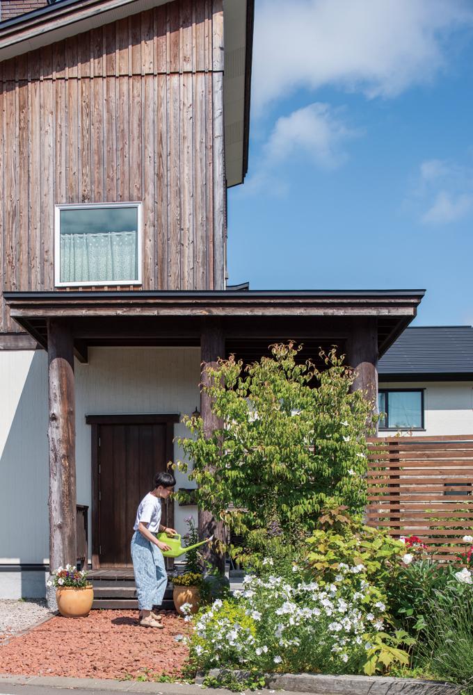 「家を建てたらボーダーガーデンをつくりたかったんです」という奥さんが丹精こめて整えた前庭が、家の正面を美しく彩る