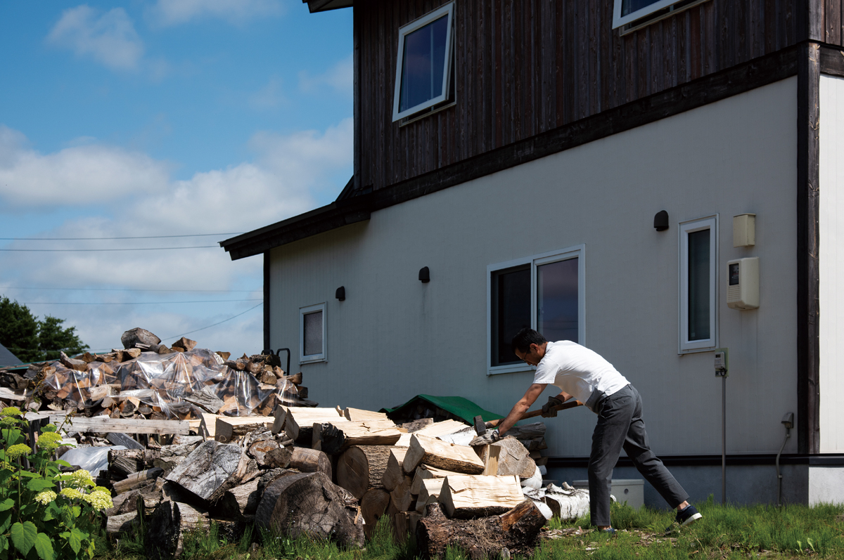 夏場は薪割りに精を出すWさん。チェーンソーや斧の扱いにもだいぶ慣れ、小気味よい音を響かせながら次々に薪を割っていく