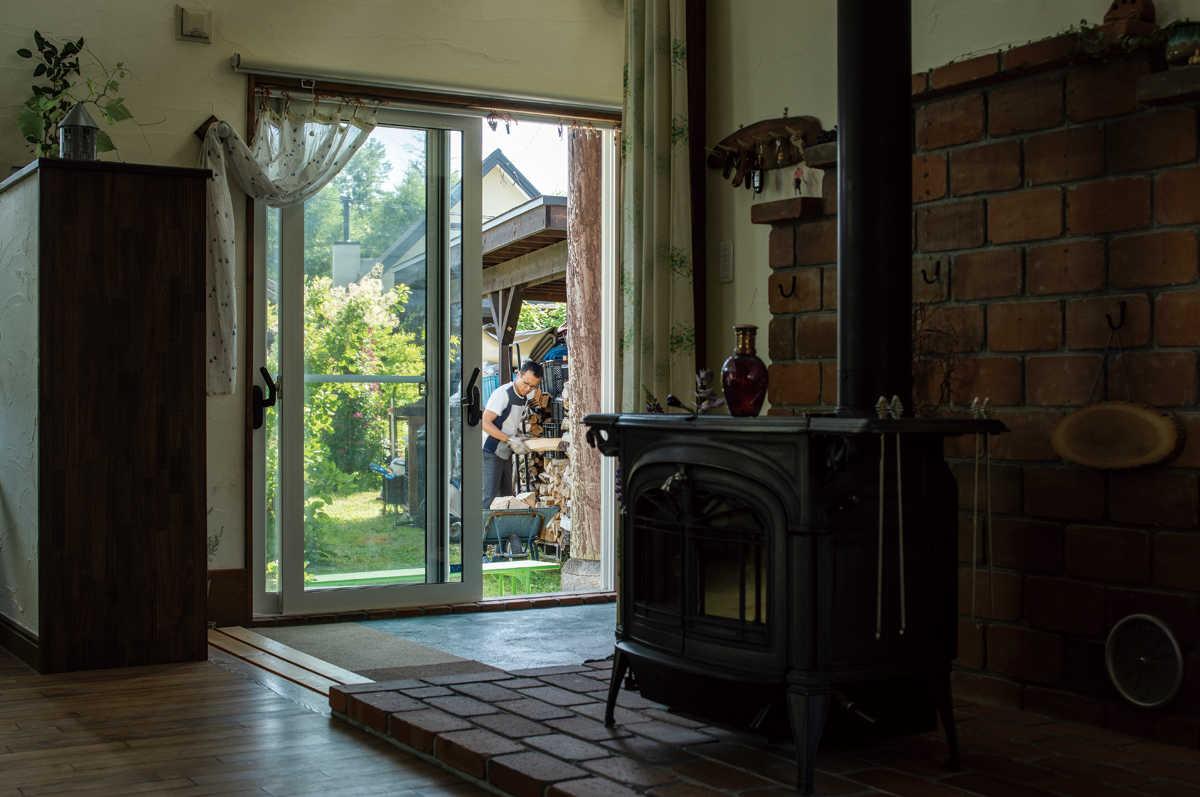 玄関土間に設けた掃き出し窓は、外の薪小屋から薪を運ぶのに便利。外は屋根付きのテラスになっているので雨や雪でも楽ちん