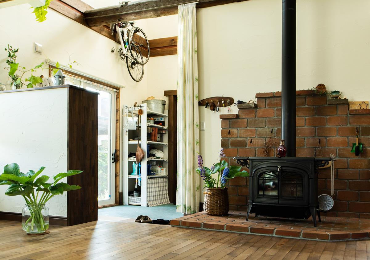 玄関や薪ストーブまわりは暮らしに合わせて収納を増やし、使いやすくなった。緑で彩られた空間は一層、自分たちの家らしさを増している