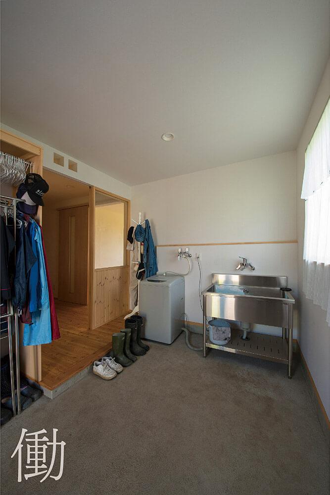 作業や着替え、洗濯もできるよう広く取った農家玄関の土間が便利