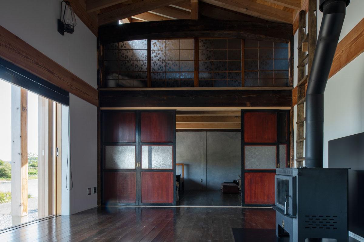 古家の古材や建具を生かした和テイストの住まい。フローリングを古材と同じ濃い色にすることで統一感をもたせている