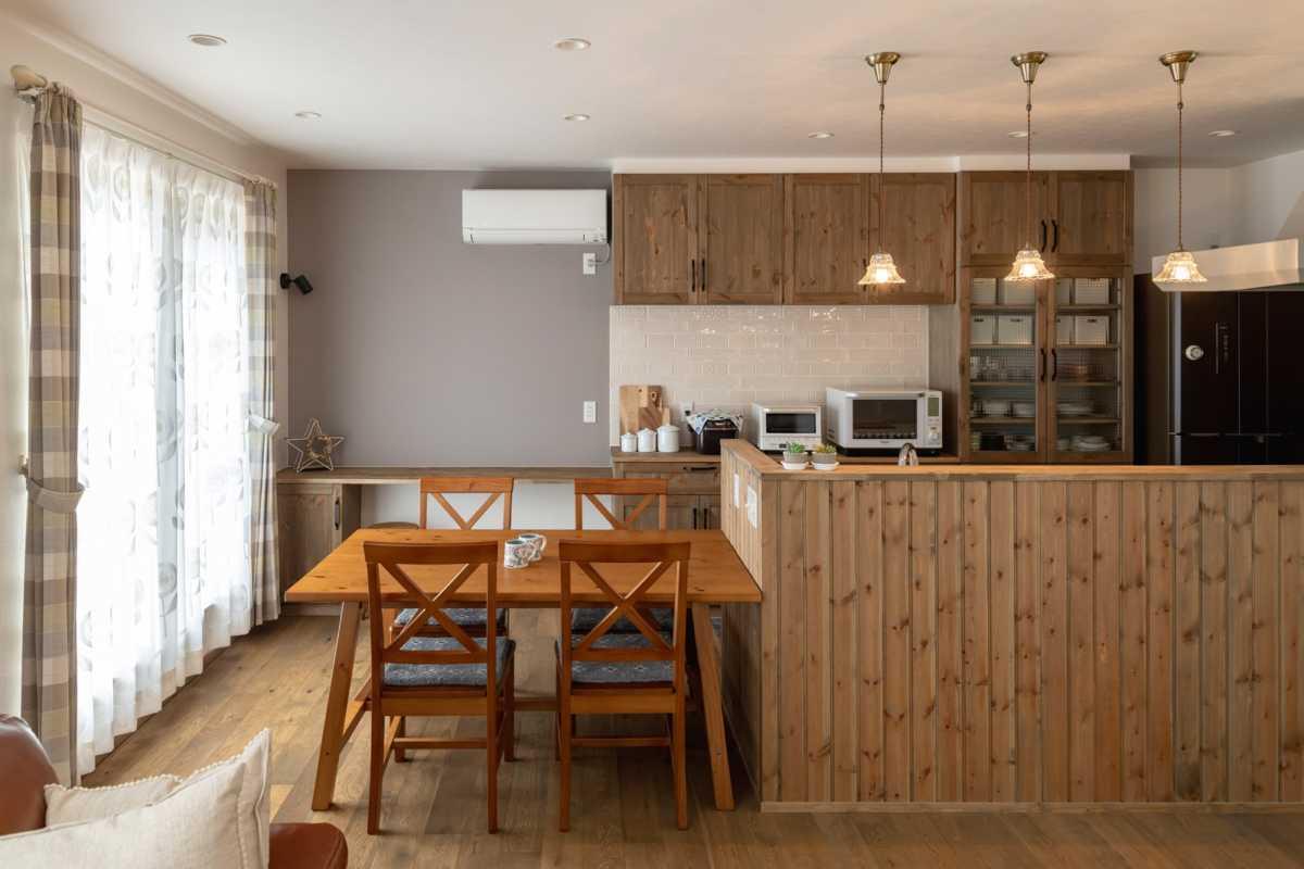 向かい側のキッチンにまた1台。この2台のみで家中を暖房をまかなっている