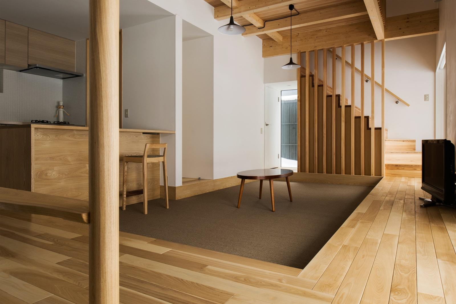 くつろぎに制限がなく自由ということで床座暮らしにしたこのお宅。床暖房で冬も快適に過ごせる
