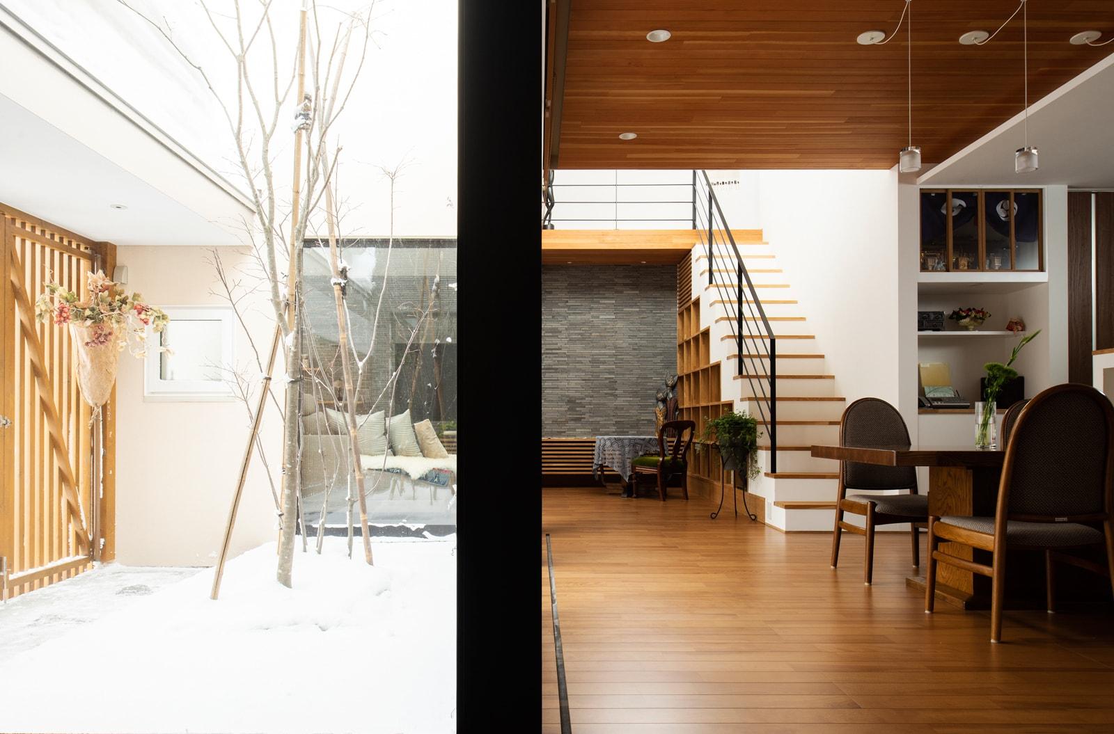 この家では開口部下に床下放熱器を設置して、窓からの冷気を防いでいる