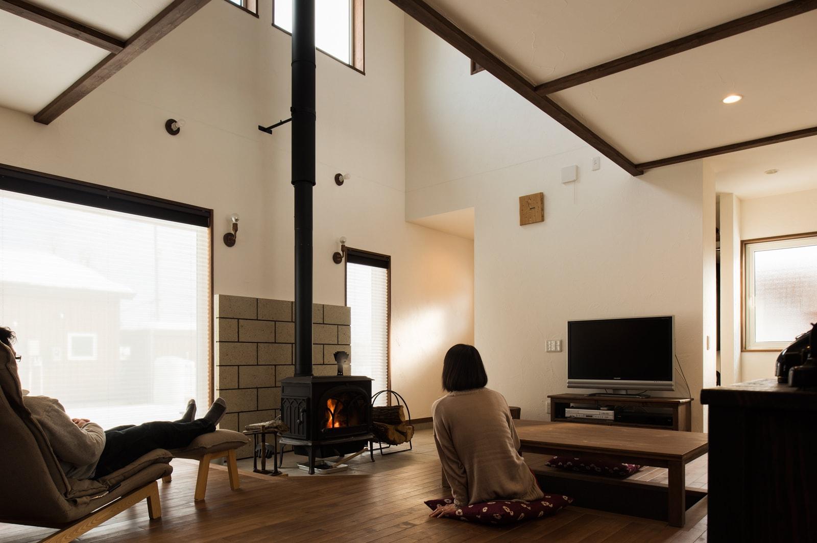 炎を眺める楽しさは薪ストーブならではのもの。炎を見ることで暖かさを視覚的に体感するのも魅力的