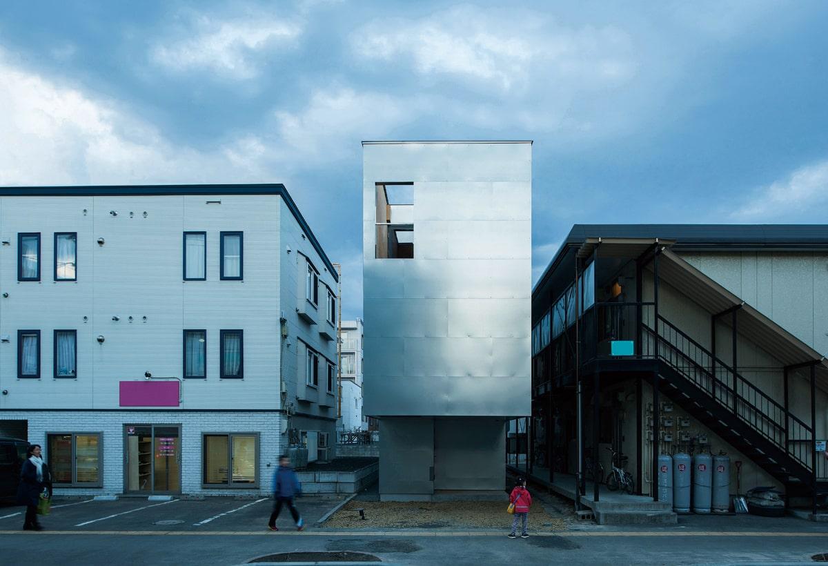 間口のコンパクトさが分かる西側外観。めっき鋼板の外壁のインパクトに対して1階部分は存在感を消した意匠
