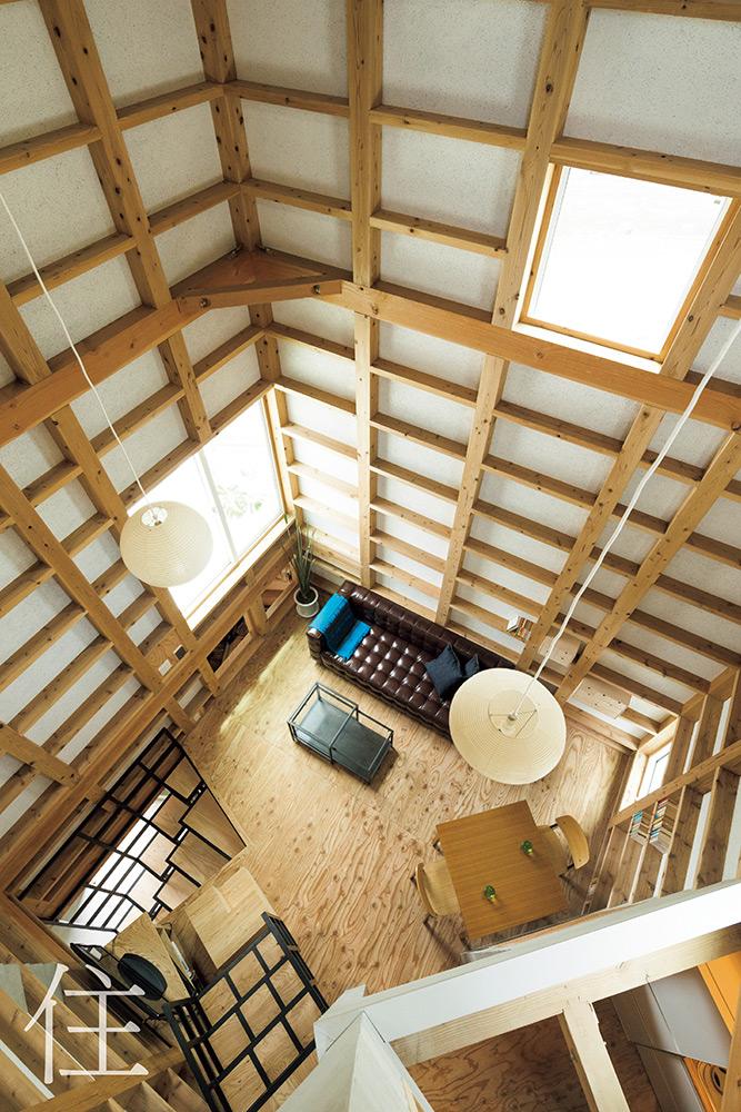 2階上部にある寝室の吹き抜けから見下ろすリビング。開放感のある心地よい空間だ