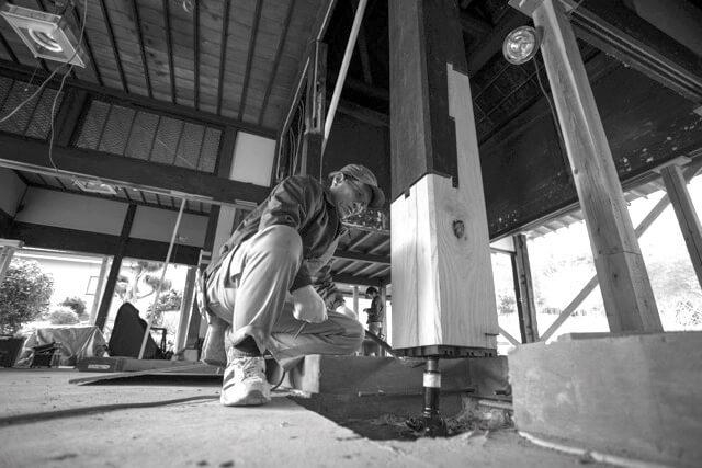 釘を一切用いない「根継ぎ」と呼ばれる伝統的な手法で傷んでいた柱を修復。熟練の職人技が光る
