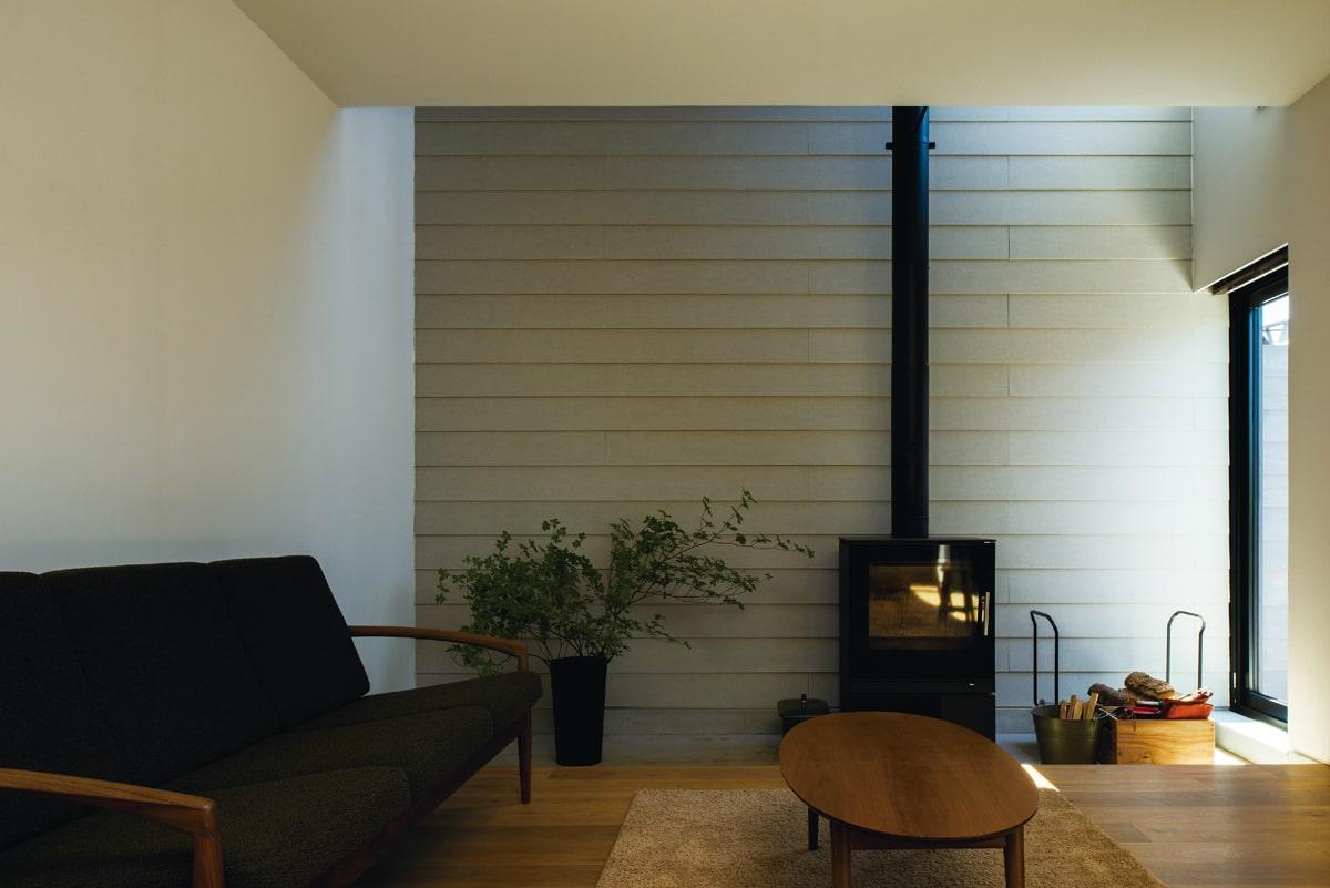 吹き抜けに向かって、真っ直ぐに伸びる薪ストーブの煙突。炎のある暮らしを快適に楽しむための動線にも配慮している
