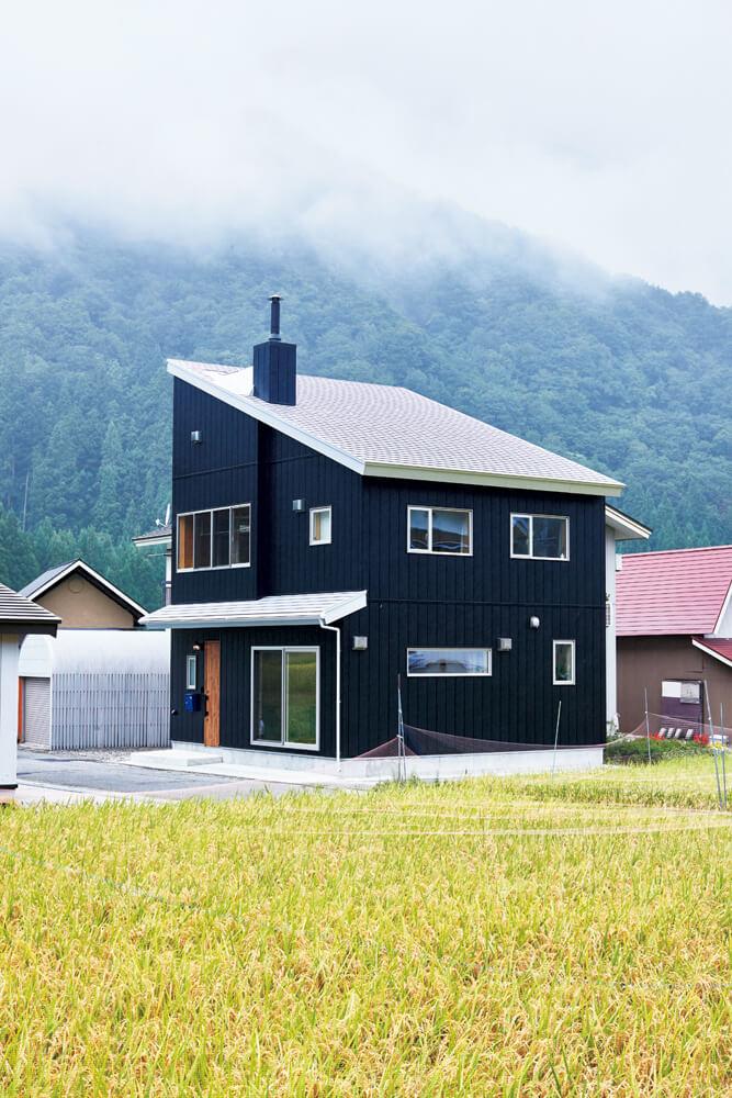 豊かな自然に、コンパクトながら片流れ屋根が印象的な外観のTさん宅。デザイン性も高く、雪の多い会津では積雪対策にもなる