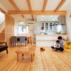 無垢材が生み出すナチュラルな空間に家族の笑顔が弾む
