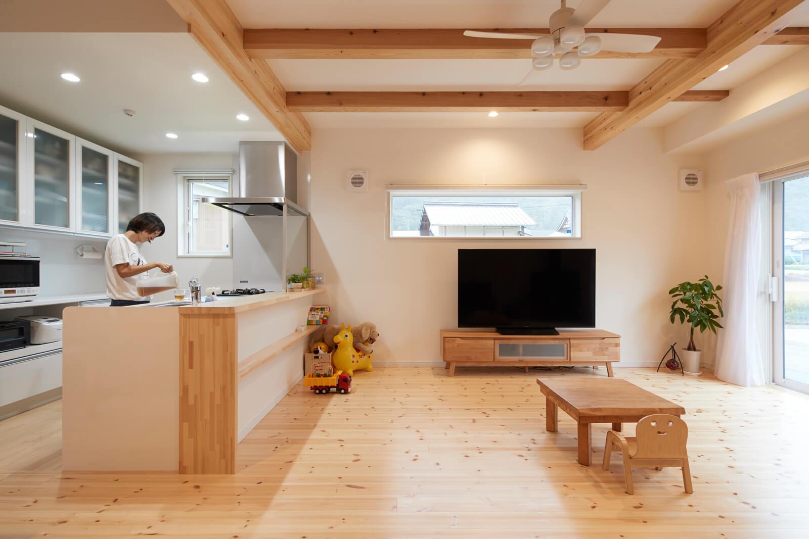 キッチン正面のメインの開口部はもちろん、リビング東側の横長の窓からも明るい光が射し込む