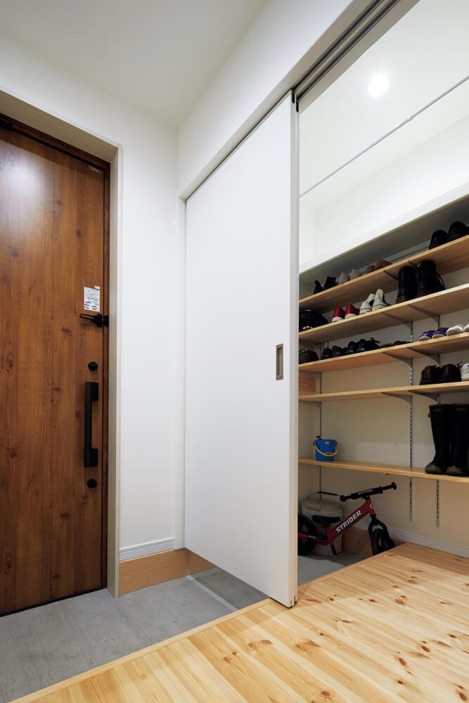 シューズクロークには、家族の靴や玄関まわりの道具をたっぷり収納できる