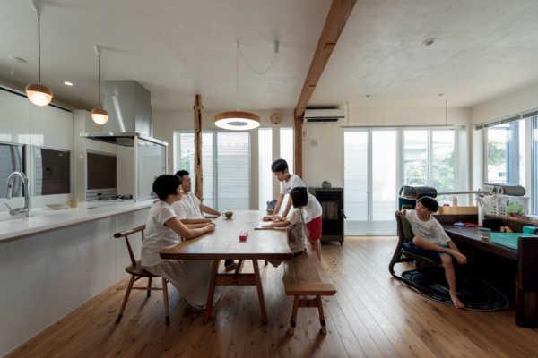 意匠、性能ともに秀逸。大空間のある漆喰の家