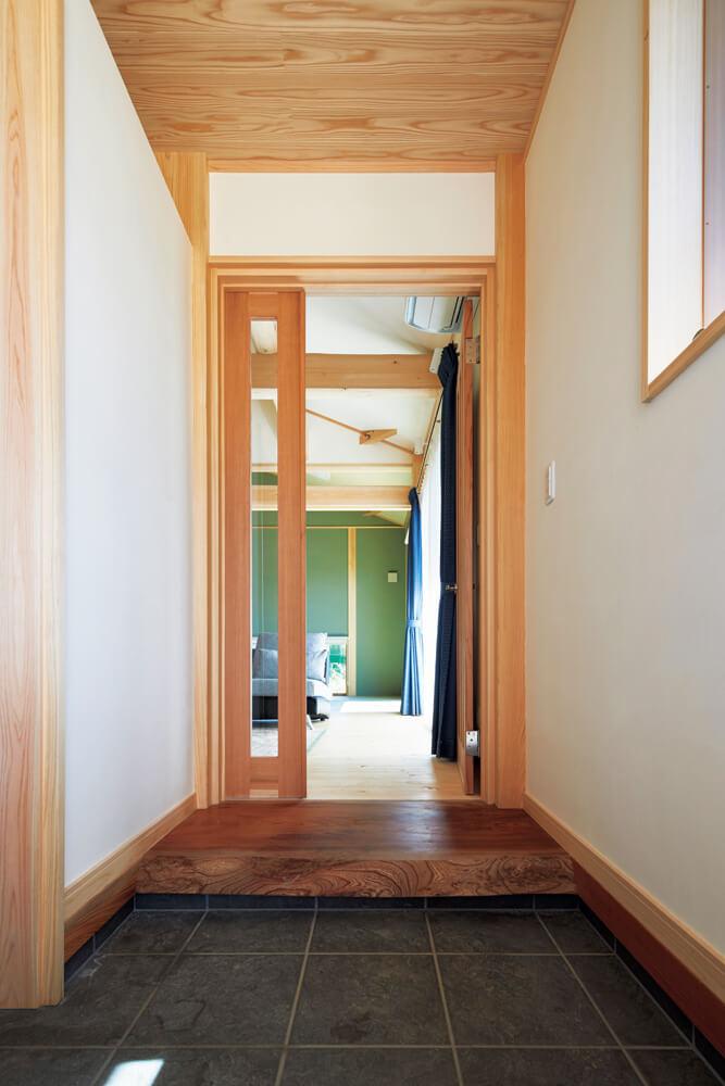 家に入るとふんわりと木の香りが。玄関の上がり口にはケヤキ、天井にはスギと、ヒノキの他にも適材適所の樹種を用いている