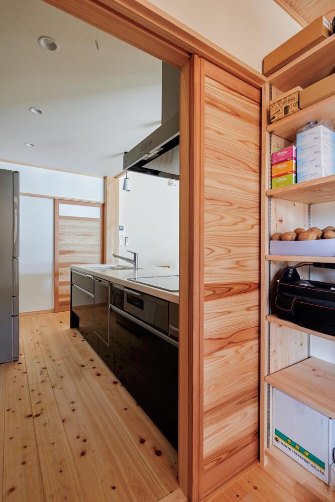 自宅玄関の左手には収納スペース、その先にはキッチン、ユーティリティが続く。一直線のシンプルな動線は奥さんもお気に入り