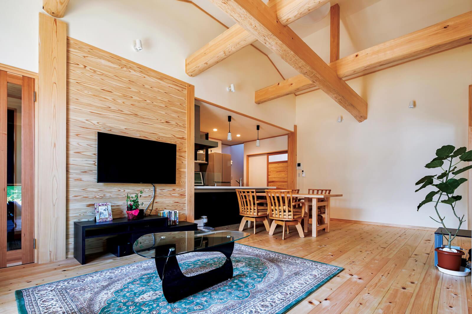 ヒノキの床、柱、梁と自然素材の塗り壁を採用した健康的な空間。床の厚みは30㎜、柱は8寸角と安心構造にも自信あり