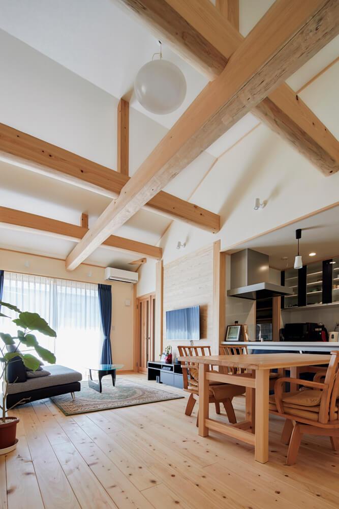 勾配天井に原木からせり落としたという上質なヒノキの梁が豊かな表情を添える