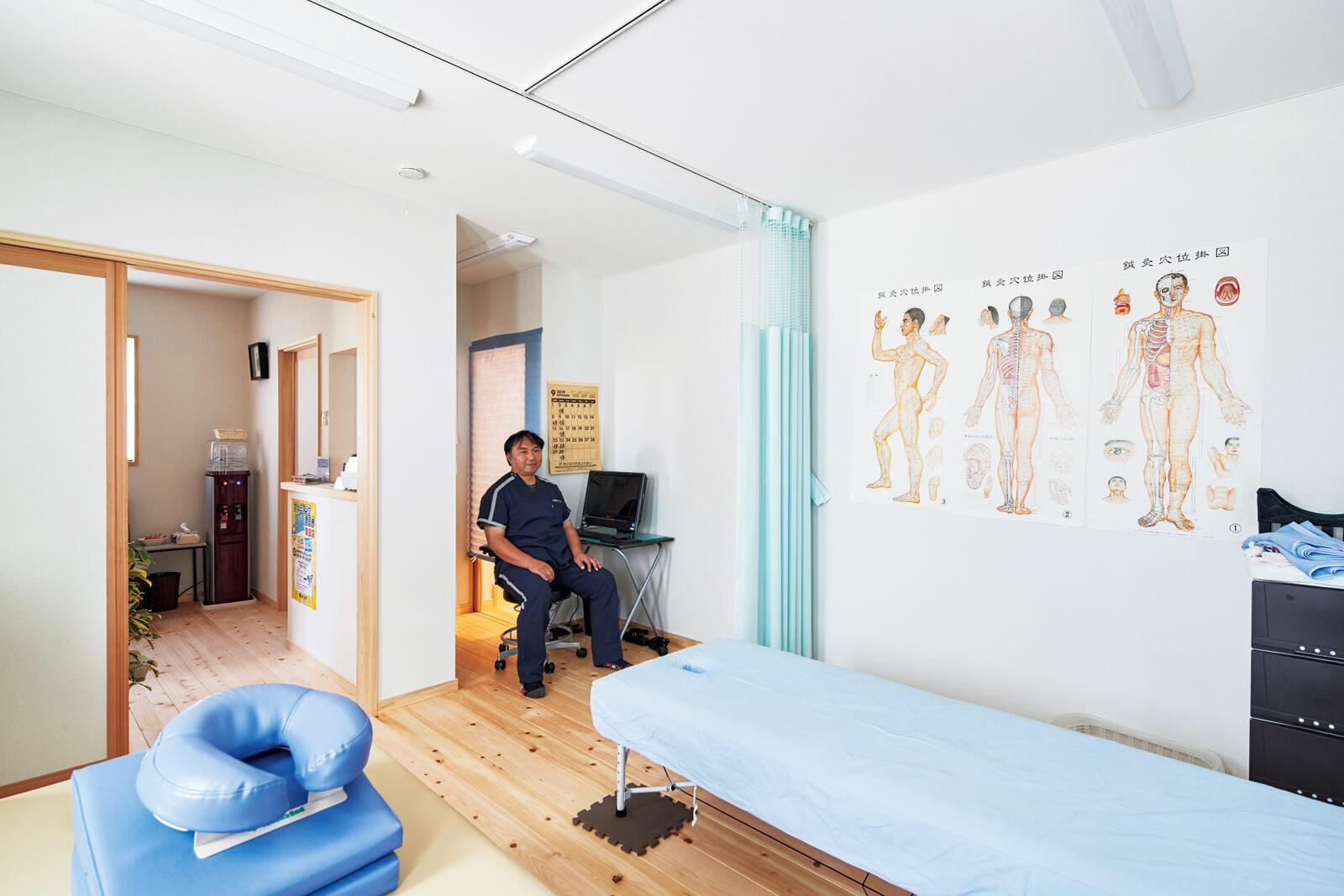 施療院の施術室。左奥が待合室になっており、右奥から住居スペースへとアクセスできる