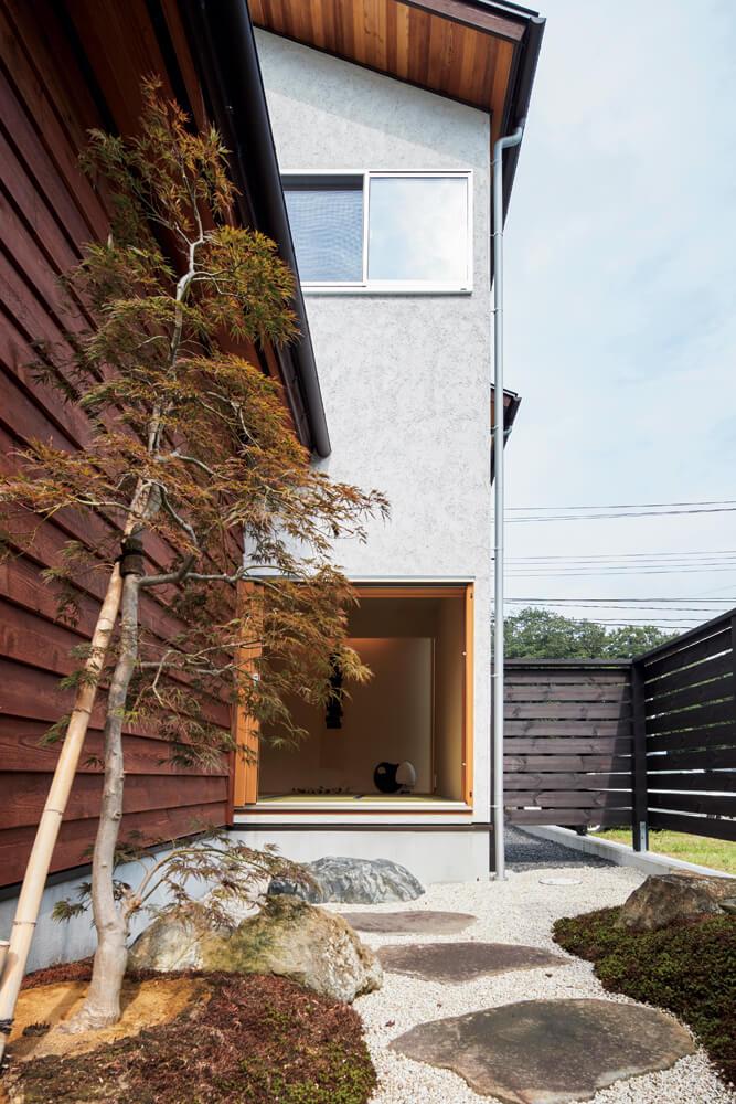 和室外の坪庭。狭いながら苔や敷石が和の趣を醸す