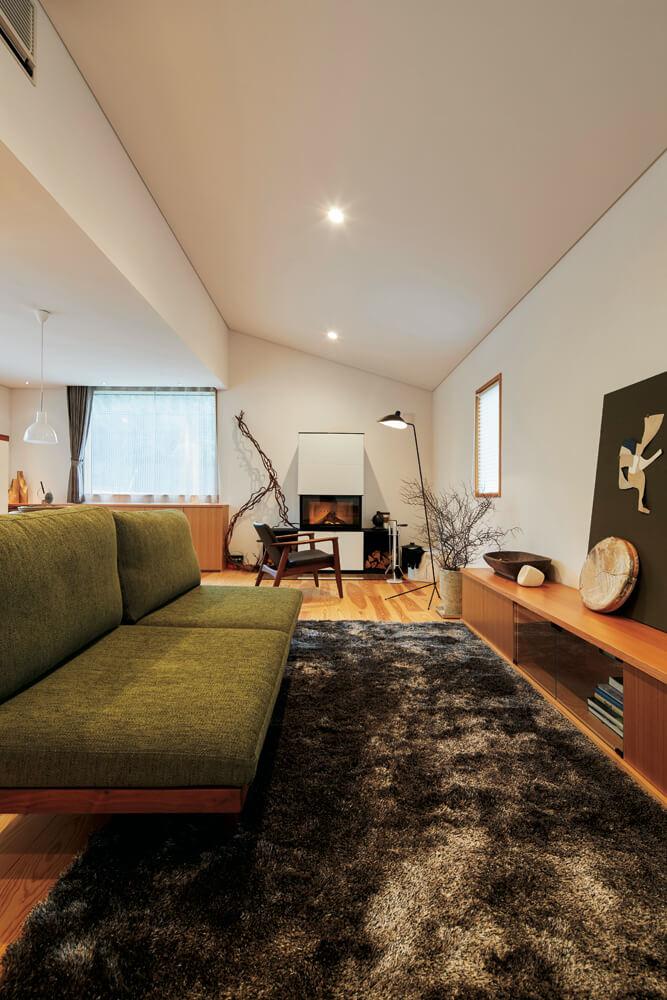 リビング奥の薪ストーブは、インテリアにマッチした洗練されたデザイン。ガラス面を開け、暖炉として使うこともできる