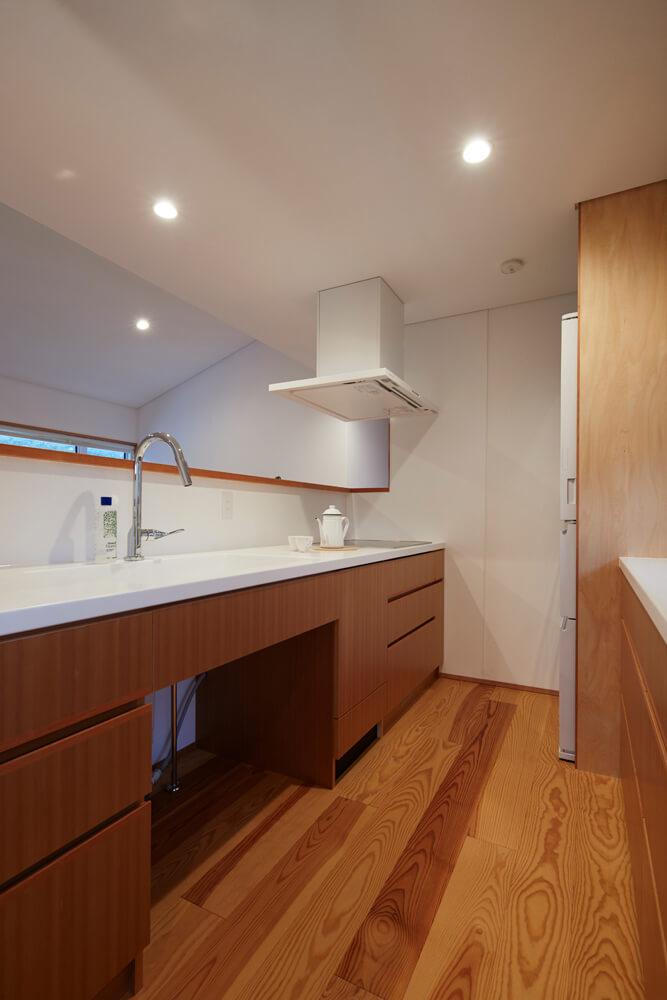 シンク下にはダストボックスを置けるように設えたシンプルなキッチン