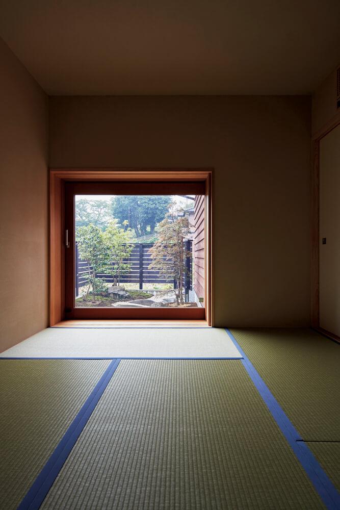 1階和室から坪庭を望む。高さを抑えた掃き出し窓が落ち着いた雰囲気