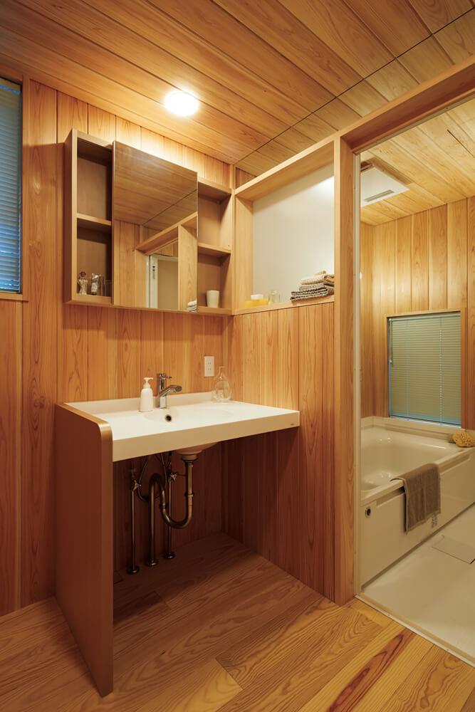 1階のユーティリティと奥の浴室。使い勝手の良さと安らぎの空間を演出