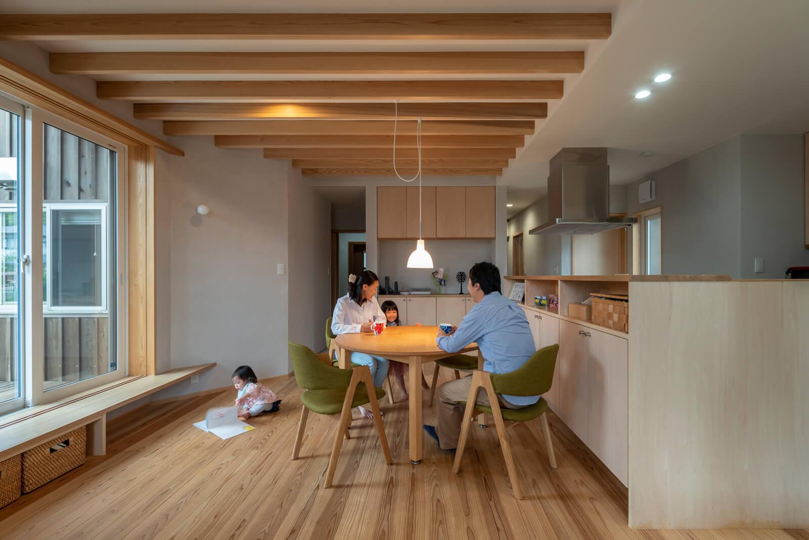 キッチン横のダイニングテーブルを中心に、家族ののどかな時間が過ぎていく