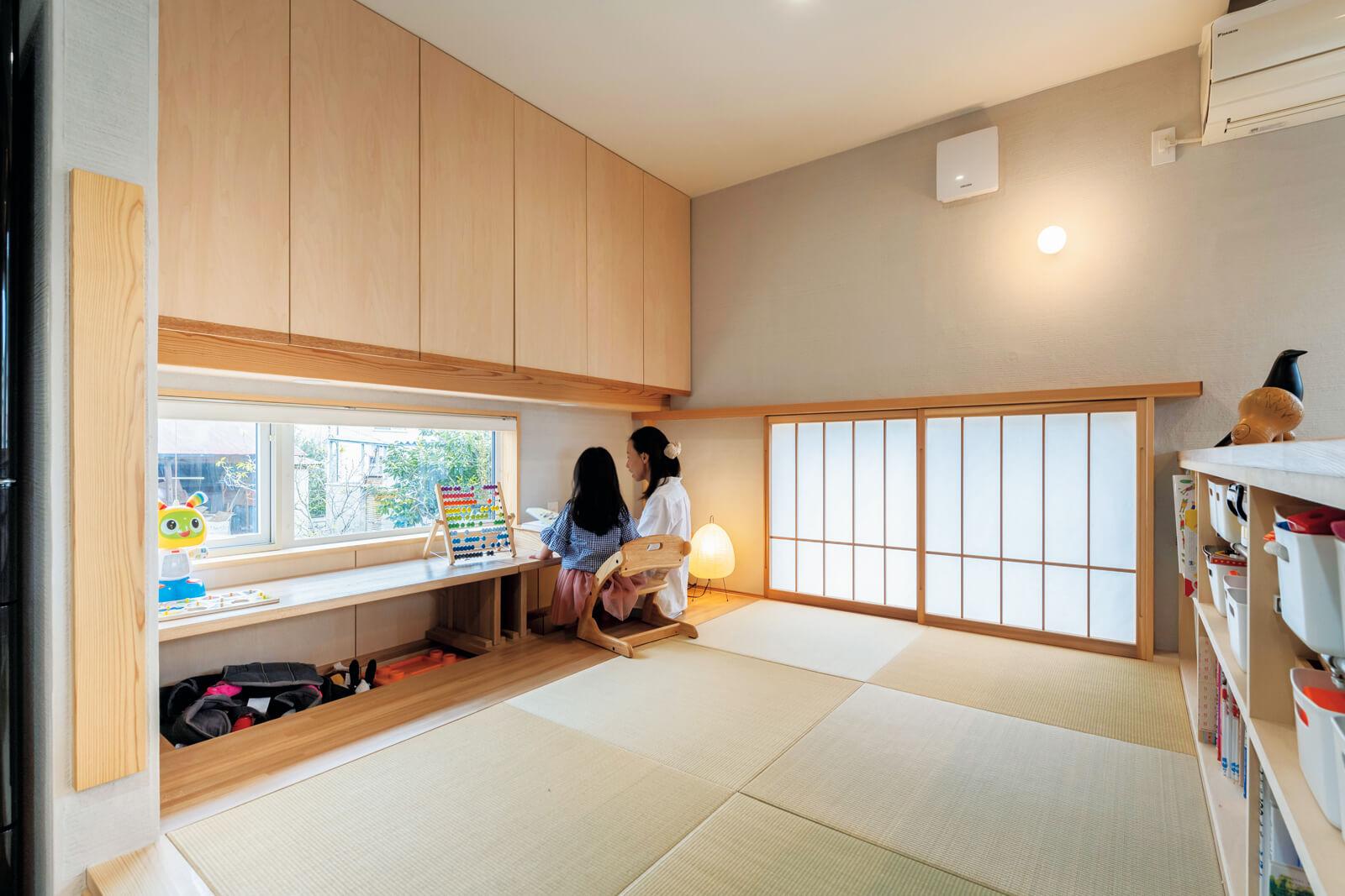リビング奥の畳コーナーは小上がりの分天井が低くなり、和室らしい落ち着きが生まれた