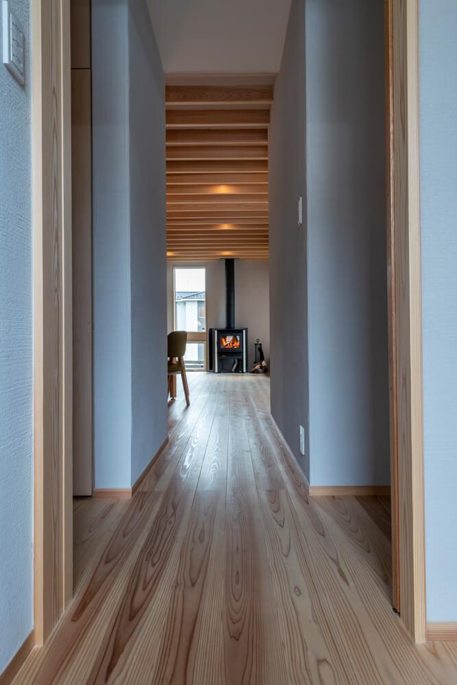 スギフローリングの柔らかな風合いが感じられる廊下