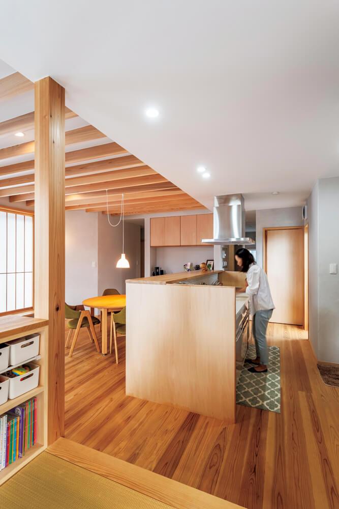 畳コーナーからキッチンは一直線。カウンターの高さで目隠しされスッキリ