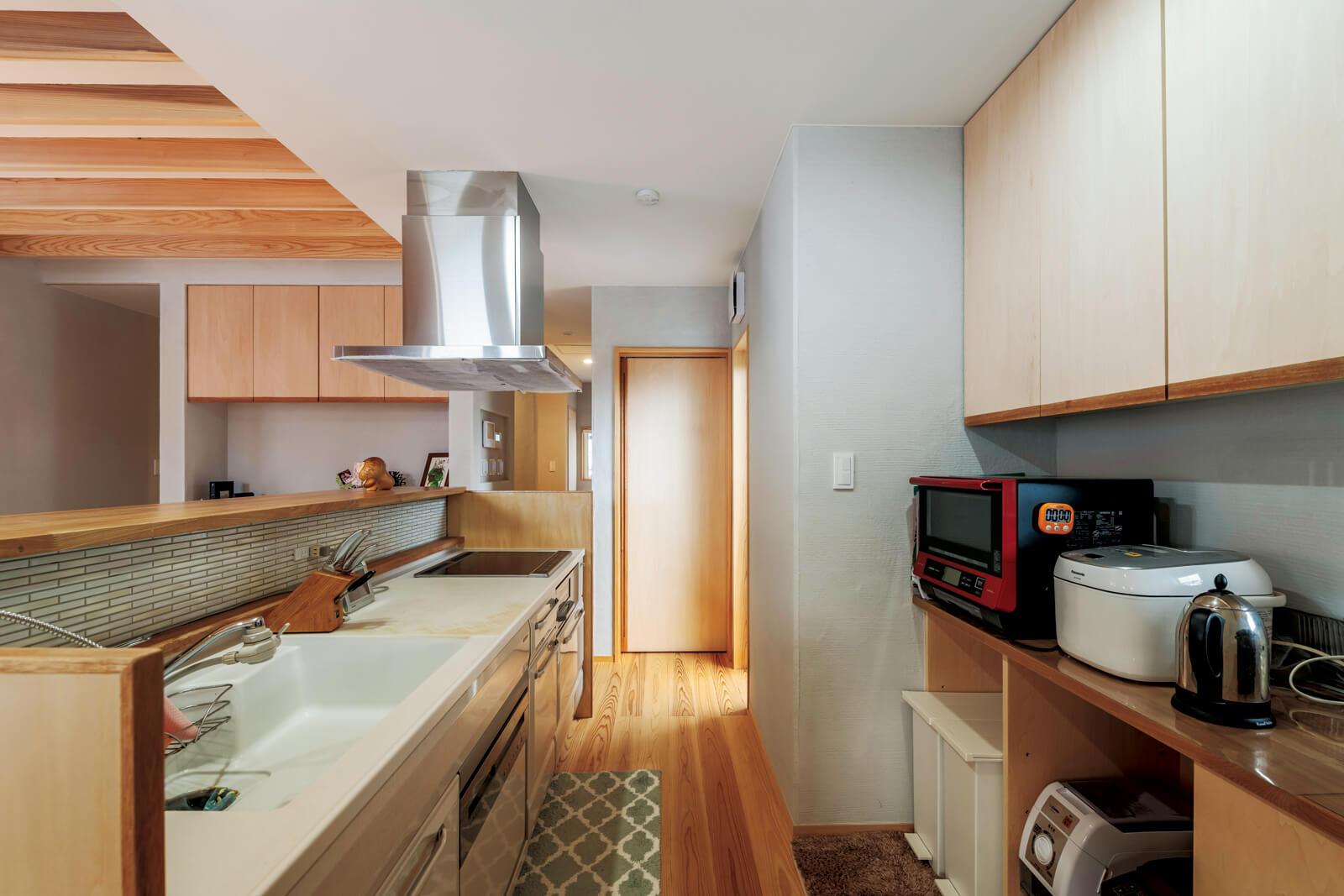 キッチン背面の収納はそれぞれの家電の置き場所を決めて設置した
