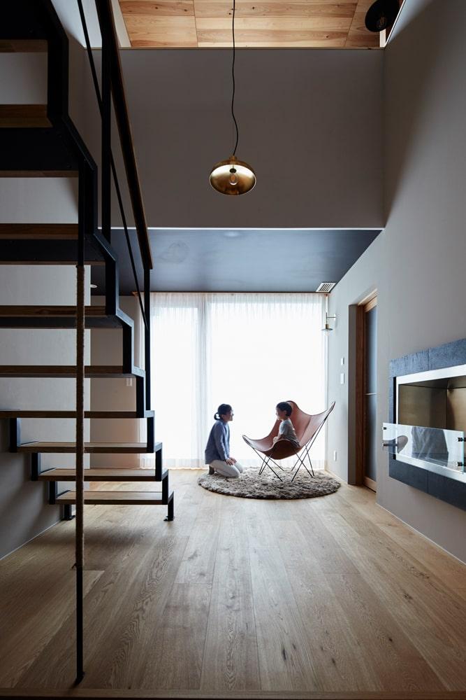広く設けられた玄関ホールは、1階で暮らすお母さんとのコミュ二ケーションを生み出すコモンスペースとなっている
