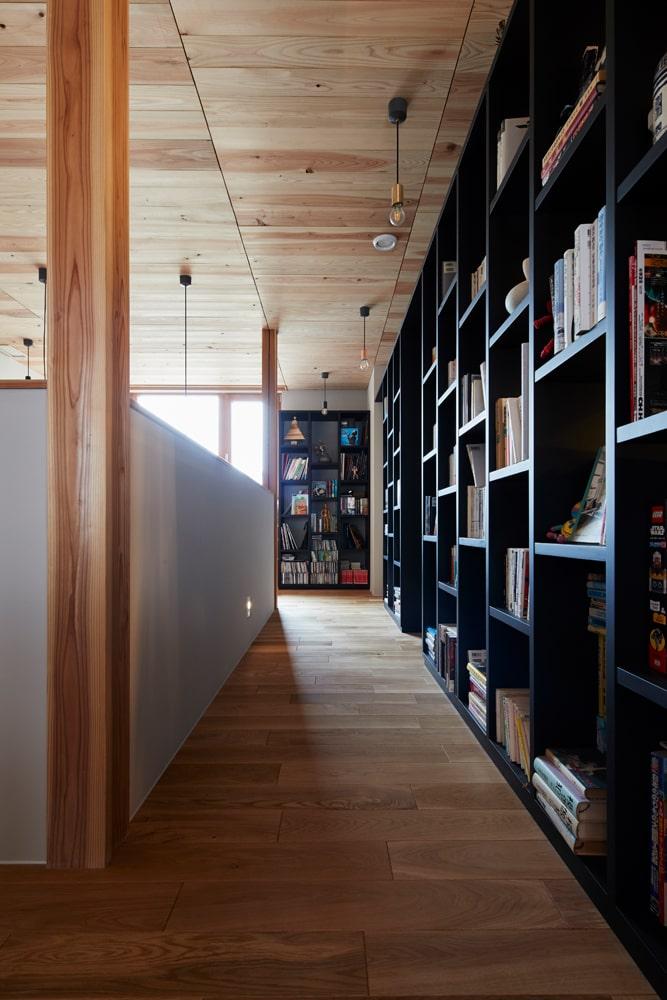 壁面全体を使って設けた収納棚は、LDKとの間仕切りも兼ねている