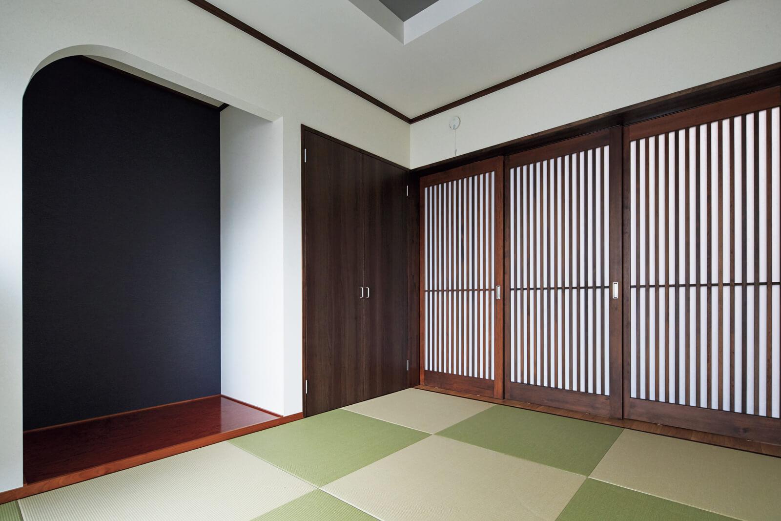 リビングの隣に設けた和室は爽やかな色の畳やアールの垂れ壁がモダンな雰囲気。造作した3枚引き戸は壁に隠せるようになっている