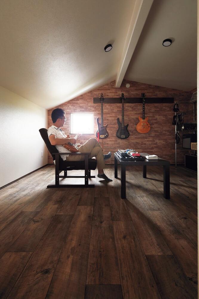 2つあるロフトのうち、1つはSさんの秘密基地に。夜、子どもたちが寝た後に趣味のギターを弾くのが楽しみだそう
