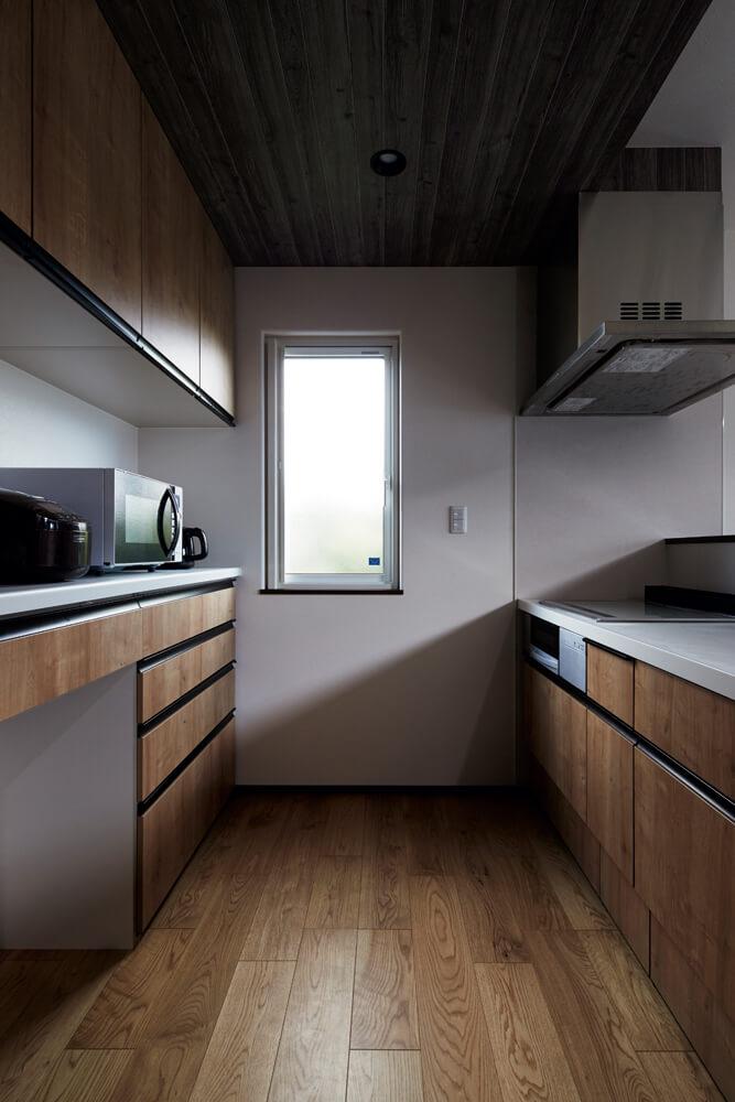 物の出し入れで狭くなりがちなキッチンは通路幅を広めにとった