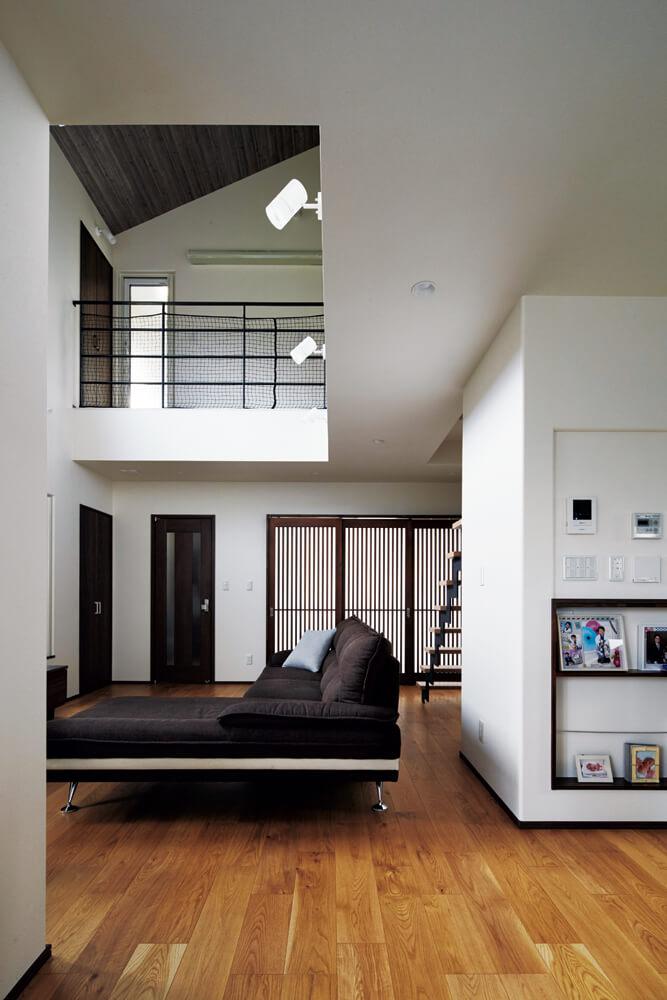 白とダークブラウンのコントラストが落ち着いた空間を生み出している。幅広のフローリングもこの大空間によく似合う