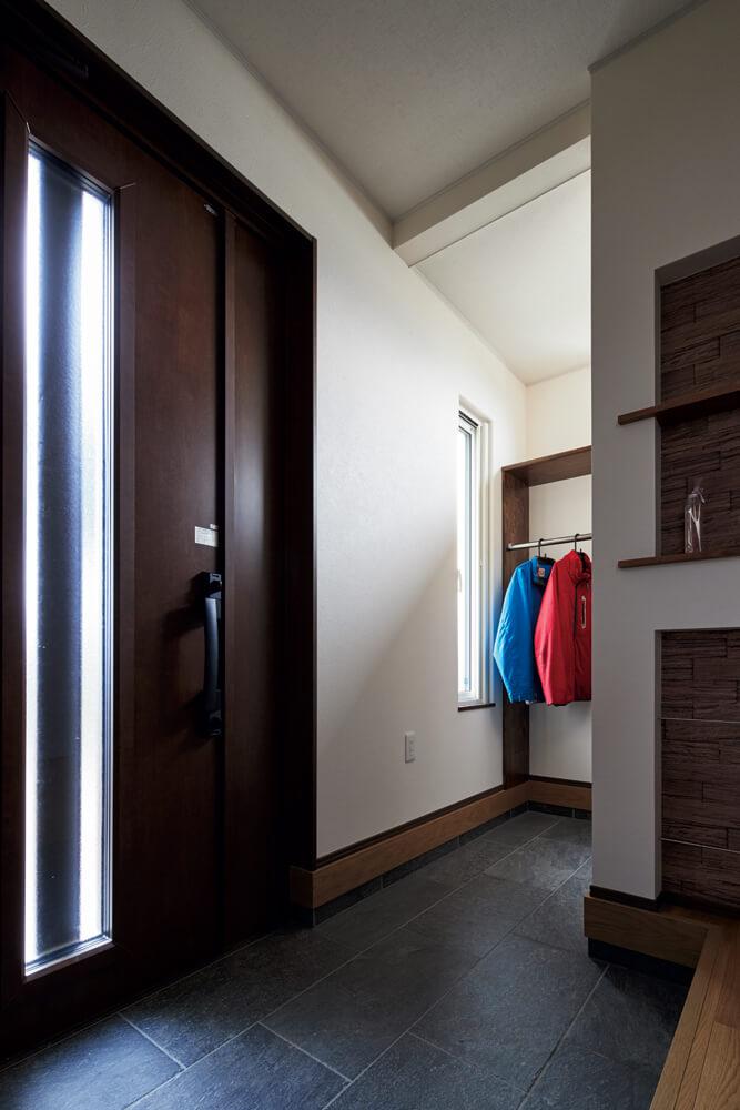 ゆとりのある玄関ホール。奥のシューズクロークも収納力抜群