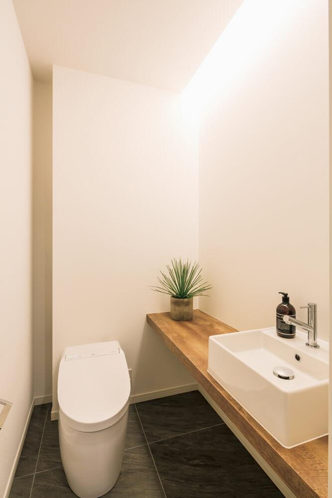 トイレの床もメンテナンスに配慮。キッチンまわりやユーティリティの床と 同素材のタイルでコーディネート