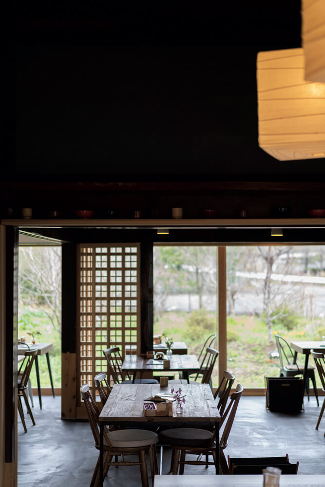 光と季節の移ろい、風の匂いを直に楽しめる大窓を新たに設置し、自然を愛でる日本家屋の魅力をも再現した