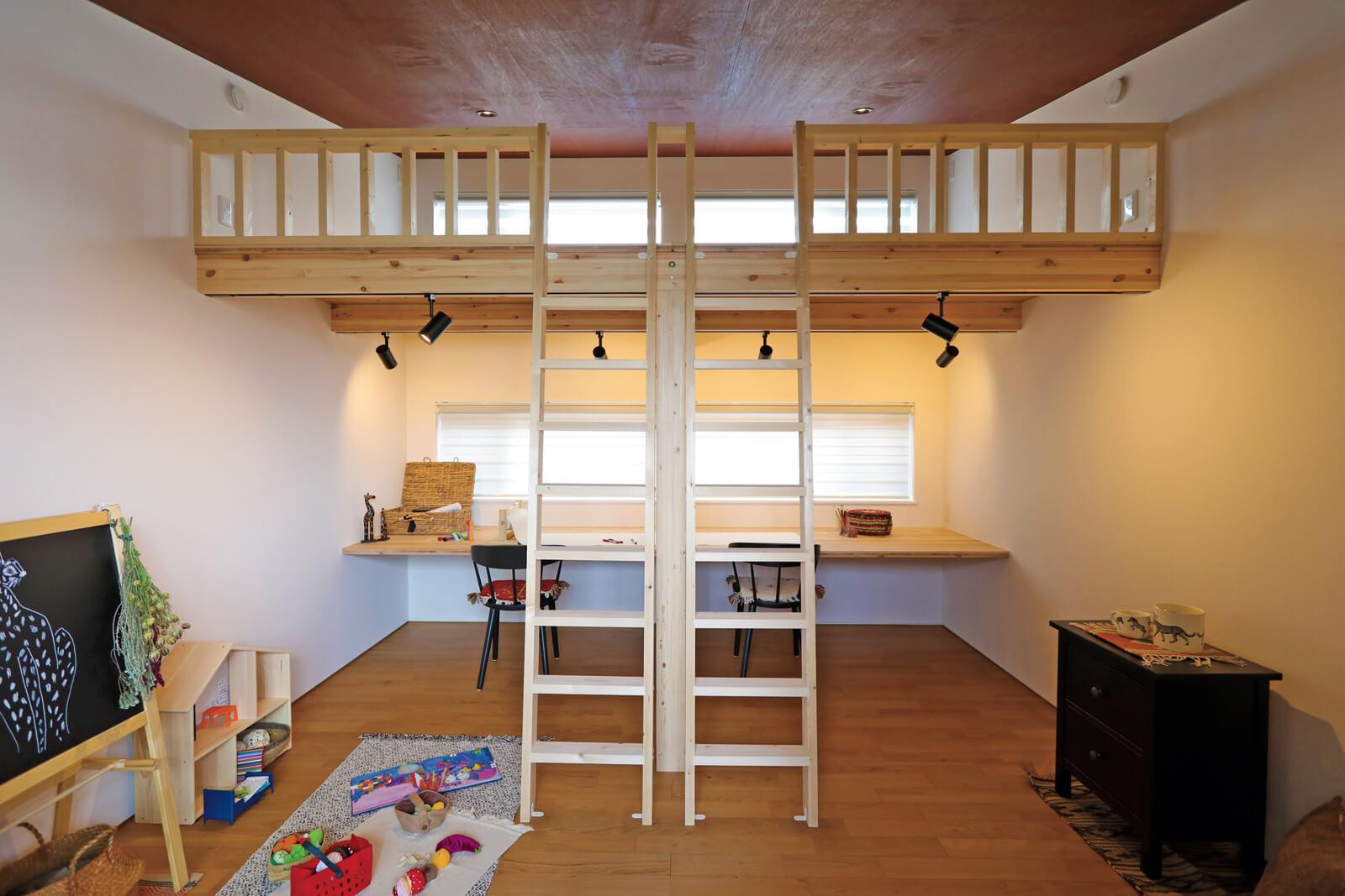 子ども部屋はあえて扉を設けず、ロフトと大きなカウンターのあるオープンなスペースに